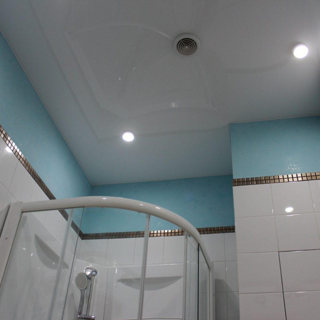 Какой потолок сделать в ванной комнате? Примеры с фото 31