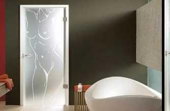 стеклянными дверями для ванной комнаты